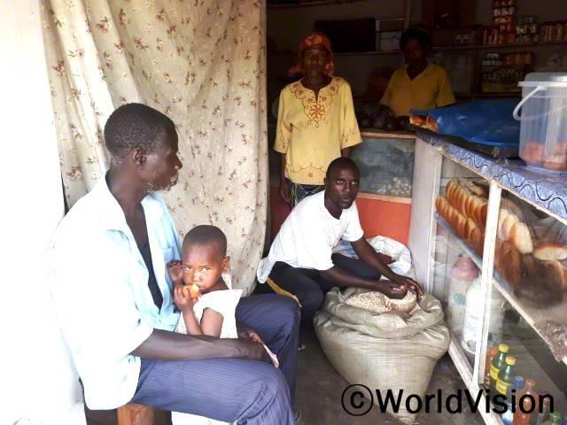 이사이(가운데 흰색 티셔츠)가 마을 사람들이 필요한 물품을 살 수 있는 가게를 열었고,가족들을 도울 수 있게 되었어요.년 사진