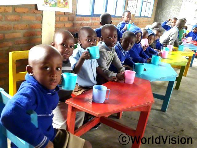 학교에서 음료나 음식을 먹을 수 있게 돼서 기뻐요. 예전에는 배가 많이 고파 학교를 빠지기도 했거든요, 그런데 월드비전의 후원으로 죽과 음식을 학교에서 먹게 되면서 공부하기가 더 편해졌어요. 저희에게 보내주시는 후원자님의 따뜻한 마음과 눈길에 감사드려요. -앨비스(6세)년 사진