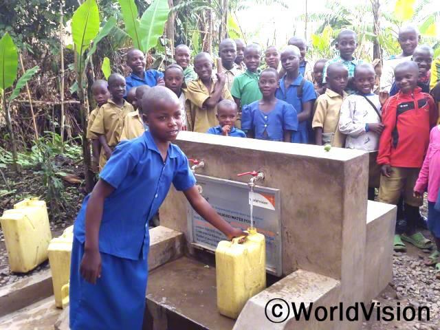 깨끗한 물을 길으려면 학교를 빠져야 할 때가 많았어요. 그런데 월드비전에서 수돗가를 만들어 주어서 이제는 멀리가지 않고, 마을 사람들 누구나 쉽게 깨끗한 물을 사용할 수 있어요.