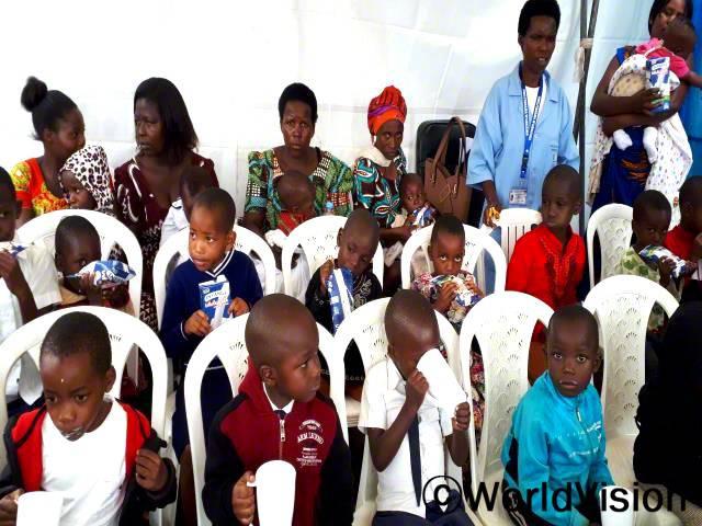 월드비전은 마을의 취약계층 아이들 중 5세 미만 아이들이 영양실조 등 성장발달을 저해하는 질병에 걸리지 않도록 영양 관리를 지원합니다.