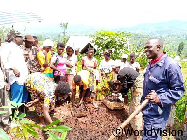 """""""저는 월드비전의 도움으로 농업 기술 교육을 받았습니다. 덕분에 유기농 거름을 사용하여 농업 생산량이 늘어났고, 이제 아이들의 끼니를 잘 챙길 수 있게 되었습니다."""" -버나드(38세)년 사진"""