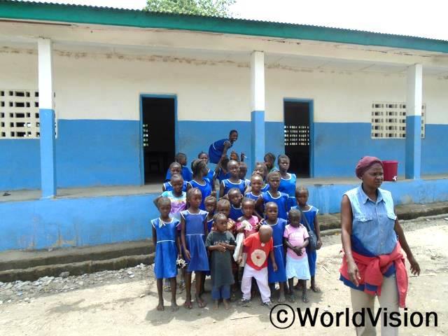 월드비전 현장 직원이 에볼라 전염병 확산이 잦아들어 수업을 재개한 초등학교를 방문하여 에볼라 예방을 위한 학교준비상황을 확인했습니다.직원은 학교에 에볼라 예방키트가 얼마나 있는지, 학생들이 사용하기에 충분한 양의 깨끗한 물을 얼마나 보유하고 있는지, 일반적인 위상상태 어떠한지 등을 점검하였습니다.년 사진