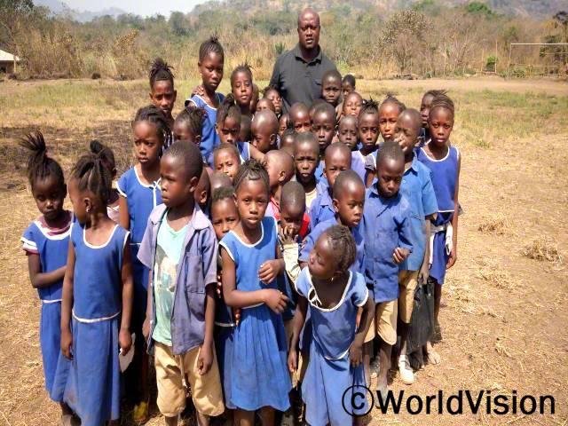 시에라리온 레이 지역개발사업장 팀장 모하메드 반다미씨와 지역사회 아동들의 모습입니다.년 사진