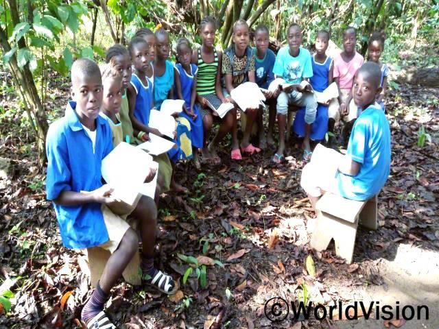 아동 클럽에 참석한 후,우리는 아동과 지역 주민들과 함께 아동 보호에 관한 정보를 공유해요. -콤바, 10세(왼쪽에서 첫번째)년 사진