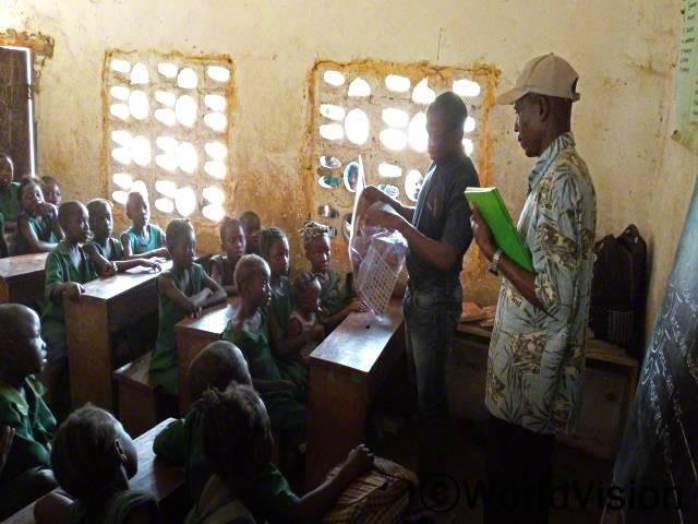 우리 선생님들은 독서의 필요성과 방과 후 활동의 가치에 대해 우리에게 가르치기 위해 매주 교육을 받으세요. -시아, 10세(첫줄 가운데, 무릎에 아기를 앉히고 있는 학생)년 사진