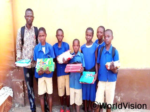 11살 무사 (선생님 바로 옆 아동)는 학교의 모든 학생들이 교과서를 받아서 행복해요.년 사진