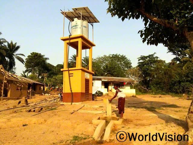 마을에 태양열 펌프가 설치되었습니다. 태양열 펌프를 지원해 준 후원자님께 마을 주민들이 깊은 감사의 마음을 전합니다.년 사진
