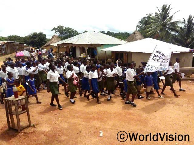 캠페인 팀은 아동 성폭력 종식이라는 슬로건을 들고 마을에서 캠페인을 진행합니다.메시지는 마을 지도자들에게 전달되었습니다.년 사진