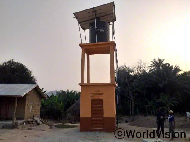 마을 주민들은 월드비전이 마을에 수도시설을 설치해 준 덕분에 자신과 아이들의 삶에 커다란 변화를 생겼다며 감사인사를 전합니다.년 사진