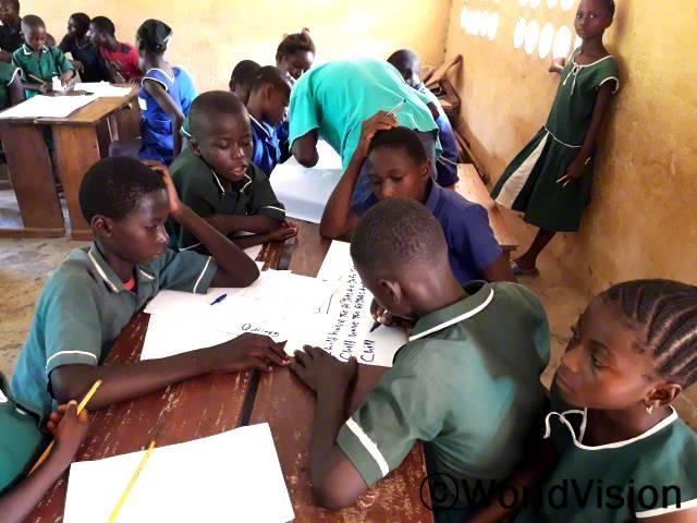 월드비전의 도움으로 마을에 아동모임이 생겼습니다. 아동모임에 참여한 아이들은 아동의 삶에 영향을 미치는 문제들을 확인하기 위해 매달 한 번씩 모여 회의를 진행합니다.년 사진