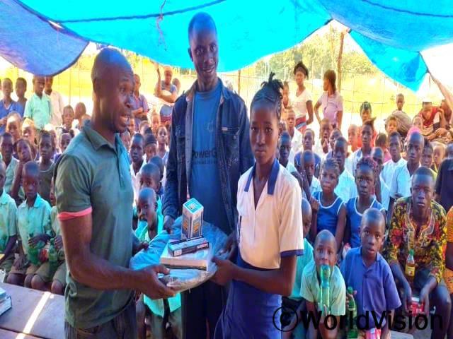 교사들과 마을 관계자들은 아낌없이 지원해 주는 월드비전에 감사인사를 전합니다. 그들은 월드비전 덕분에 마을 사람들의 삶이 크게 변화되었다고 말합니다.년 사진
