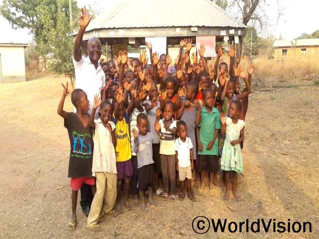 가나 크라치웨스트 지역개발사업장 팀장 에드워드 오울라 씨와 지역사회 아동들입니다.년 사진