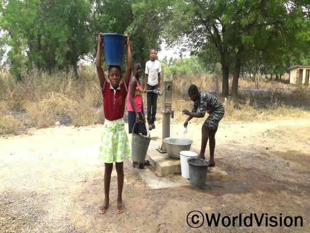 우기에는 우물이 말라서 물을 얻기가 어려웠어요. 지금은 수도시설이 근처에 있기 때문에 물을 찾으러 돌아다니지 않아도 되고, 저희는 학교에 제시간에 갈 수 있어요. -코넬리아(11세, 연두색 치마를 입은 아동)년 사진