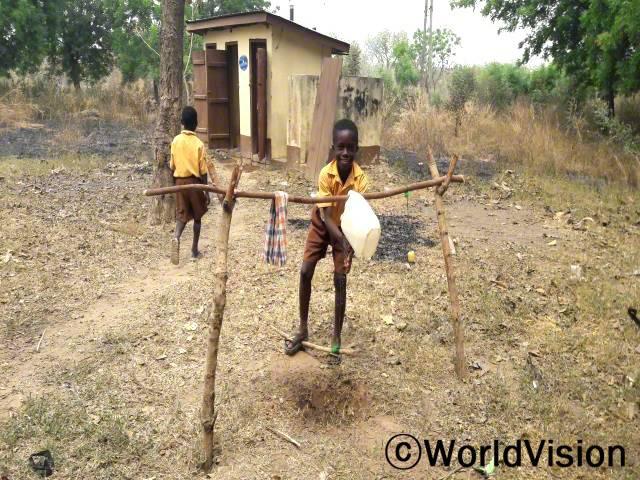 전에는 손을 씻지 않아서 전염병에 걸리곤 했어요. 지금은 학교와 집에서 손을 깨끗이 씻어야 한다고 배웠어요. -조셉(11세)년 사진