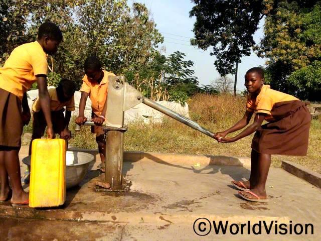 아이들이 마을에 설치된 수도시설에서 물을 긷고 있어요.