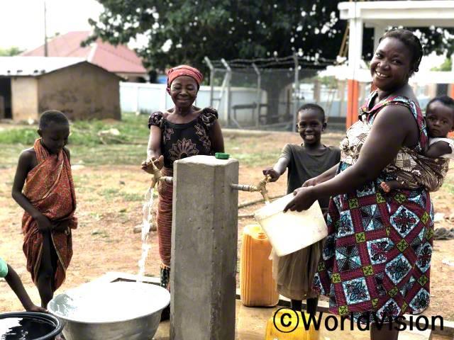 후원자님 덕분에 아이들과 마을 주민들이 깨끗한 물을 이용할 수 있게 되었어요.년 사진