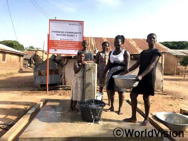 후원자님 덕분에 아이들과 마을 주민들이 깨끗한 물을 쓸 수 있게 됐어요.년 사진