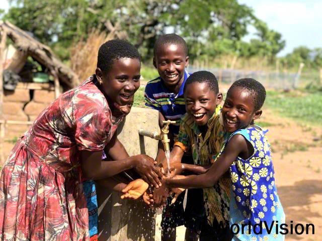 """""""후원자님 덕분에 마을에 식수대가 생겨서 언제든지 깨끗한 물을 마실 수 있게 되었고 더 이상 학교에 지각할 일도 없게 되었답니다.""""년 사진"""