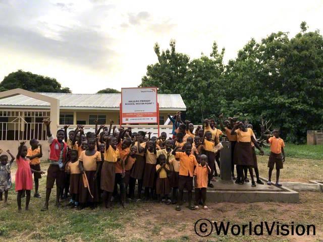 """""""학교에 식수대가 생겨서 언제든지 깨끗한 물을 마실 수 있게 되었어요!"""" -막달린(13세)년 사진"""