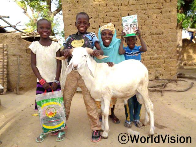"""""""마을 은행에서 소액대출을 지원받아 경제활동을 시작했어요. 이제 아이들이 학교에 갈 수 있어요."""" -로키아(지역주민)년 사진"""