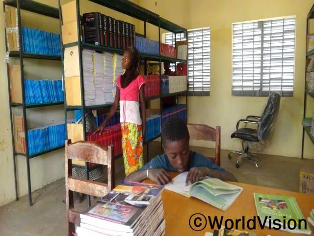 최신책들이 구비되어 있는 마을서점에서 책을 읽으며 중학교 학생들이 지식과 읽기능력을 향상시키고 있습니다.년 사진