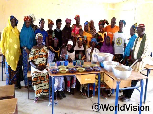 어머니 모임에서는 마을에서 쉽게 구할 수 있는 재료들을 이용해 영양가 높은 음식 영양가 있는 음식 만드는 법을 알려주었습니다. 덕분에 영양실조에 걸린 아이들이 정상체중을 회복하며 건강하게 자랄 수 있었습니다.년 사진