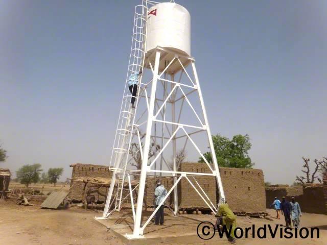 물이 매우 부족했던 소규(Sogue)마을에 태양열 시스템을 설치하였습니다. 이제는 마을의 여러 가정들이 깨끗한 물을 사용할 수 있게 되었습니다.년 사진