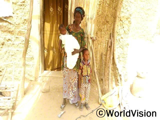 저희는 방충망을 받게 되어 매우 감사해요. 저희는 그 어떤 말라리아의 증상을 경험하지 않았고, 제 아이들도 보호 받았어요. -판타(엄마)년 사진