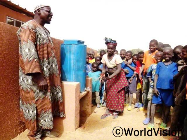 """""""마을에 깨끗한 물을 얻을 수 있는 수도시설도 있고, 학교에서 제대로 손 씻는 법도 배워요. 이제는 더러운 물 때문에 아프지 않아요. """" -파토우마타(12세)년 사진"""