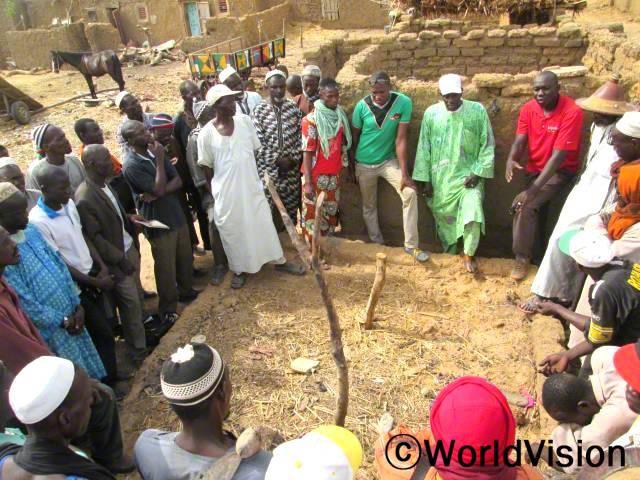 소코라(Sokoura), 오우엔코로(Ouenkoro)마을 주민들과 정부관리들이 미네랄과 유기농법으로 땅을 기름지게 경작하는 법을 훈련 받았습니다. 이로 인해 농부들이 더 많은 수확을 하게 되었습니다.년 사진
