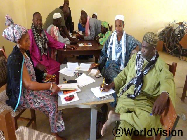 마을 종교지도자들을 대상으로 가족의 중요성을 알리는 교육을 진행했습니다. 그래서 평화롭고 서로 용납하는 것이 가족에게 얼마나 중요한지를 마을 주민에게 전하도록 하였습니다.년 사진