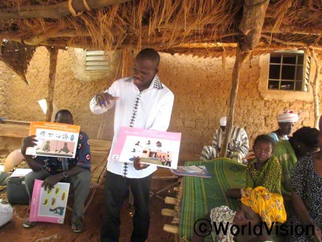 반시(Bansi)마을의 어머니들을 대상으로 자녀에게 영양가 있는 음식을 만드는 법과 6개월 이상 영아들에게 영양식이 얼마나 중요한지에 대한 훈련을 진행했습니다. 이로인해 어머니들은 어떻게 아동들을 잘 양육하는지에 대해 배우게 되었습니다.년 사진