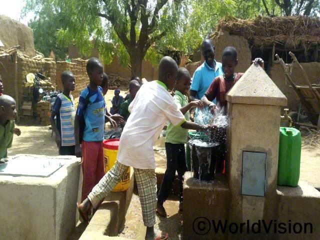 마을에 수돗물이 나와 아이들이 행복해하고 있습니다.년 사진