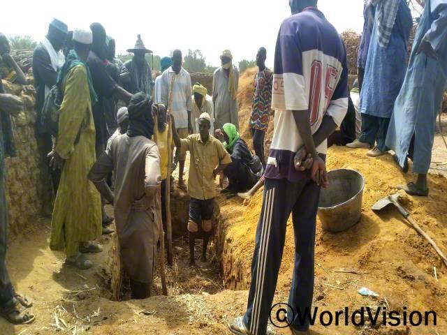 농부들이 교육을 받으며 토양보존기술을 실습하고 있습니다.년 사진