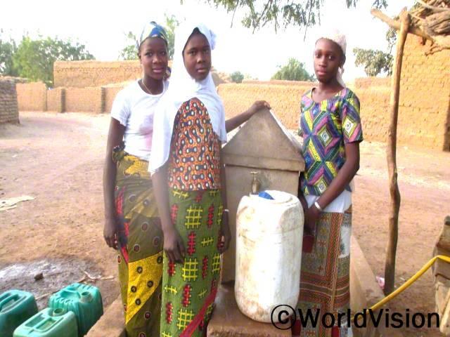 예전에는 깨끗한 물을 사용할 수 없어서 질병에 많이 노출되었어요. 새로운 수도관을 설치한 후, 건강문제가 줄어들었고 깨끗한 물을 쉽게 마실 수 있게 되었어요. -마미나타(15세, 가운데 있는 아동)년 사진