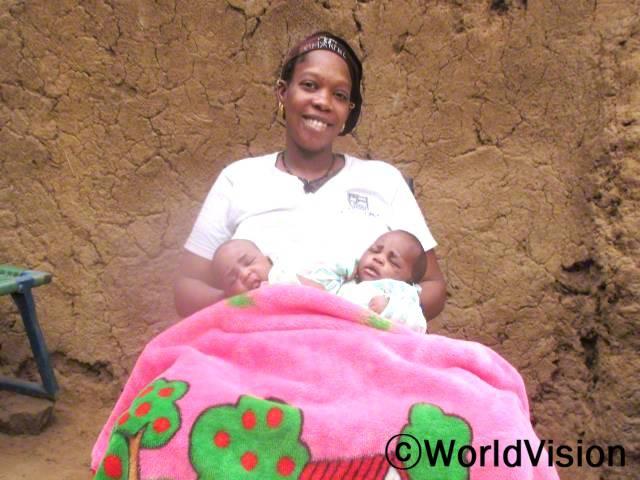 예전에는 산모들이 올바른 모유수유 방법에 대해 잘 몰랐어요. 이젠 교육을 받아서 아기들이 건강하게 수유를 하는 방법에 대해 알게 되었어요. -카디아투(어머니, 아기들을 안고 있는 사람)년 사진