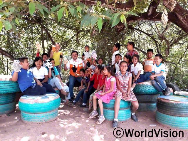과테말라 산후안에르미따 지역개발사업장 팀장 웨스터 로페즈와 지역사회 아동들입니다.년 사진