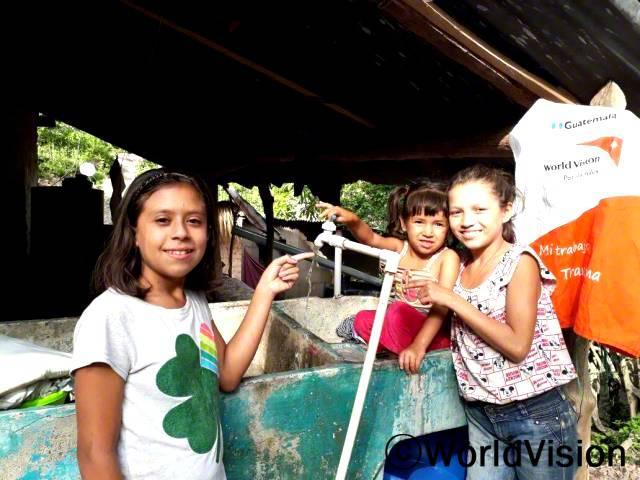 전에는 물이 더러워서 안전하지 않은 골짜기에서 물을 떠서 사용했어요. 월드비전에서 가정에서도 물을 사용할 수 있게 도와주었고, 이제 저희는 깨끗한 물을 사용할 수 있어요. -플로르(13세, 클로버 그림이 그려져 있는 티셔츠를 입은 아동)년 사진