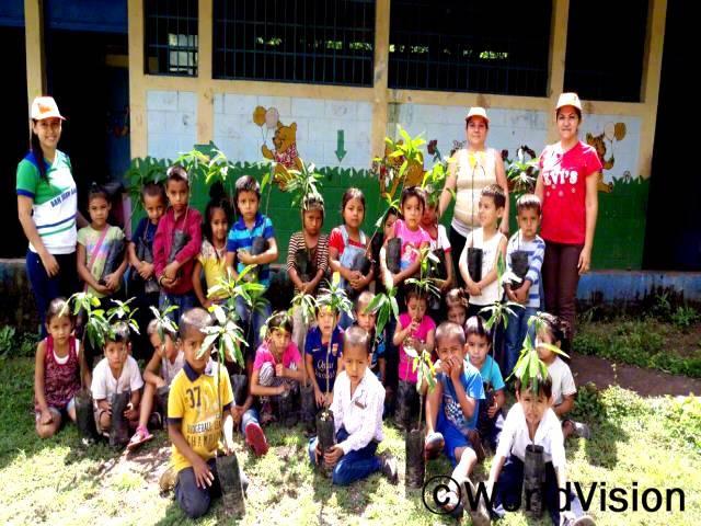 저희 지역사회가 악조건의 기후에 영향을 받았어요. 월드비전과 함께 저희는 숲 복원 캠페인을 진행했고 아동들에게 환경을 잘 보호하는 방법을 가르쳤어요. -아리다(교장선생님, 빨간 티셔츠를 입은 사람)년 사진