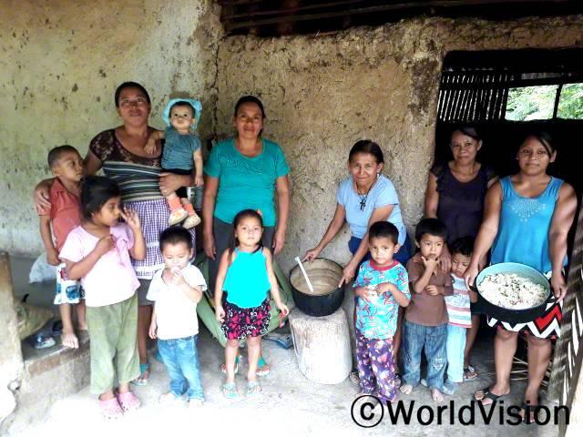 우리 아이들이 잘 자라는 데 도움이 될 여러 요리법을 배워서 좋았어요. 아기를 안고 있는 요란다씨가 말했습니다.년 사진