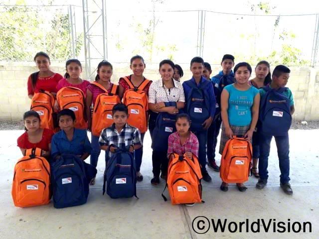 지역 중학교에 다니는 청소년들과 젊은이들이 학업을 끝마칠 수 있도록 학용품을 지원했습니다.
