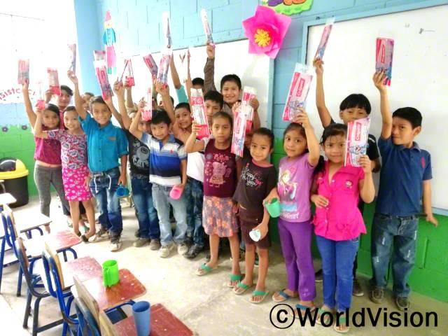 """학교에서 열린 구강위생교육에 아이들이 참여했어요. """"알려주시는 선생님을 보면서, 바르게 이 닦는 법을 배웠어요.엄마께도 오늘 배운 걸 꼭 보여드릴 거예요!"""