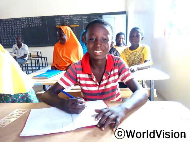 우리는 책상도 없이 창고에서 공부하곤 했어요. 좋은 교실이 생기고 나서, 우리는 열정적으로 공부해요. 파이칼, 11살 (앞쪽)년 사진
