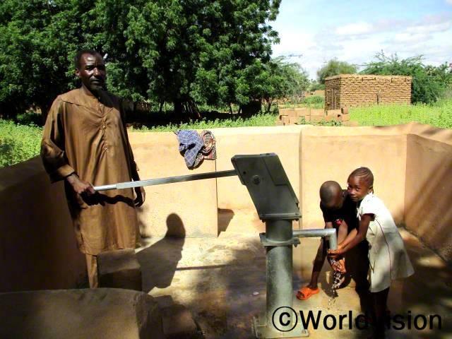 교실 네개, 화장실 네개, 그리고 물 펌프 하나가 우리 학교에 지어졌습니다. 학생들은 더이상 식수에 어려움을 겪지 않습니다. 이소포우, 초등학교 교장년 사진