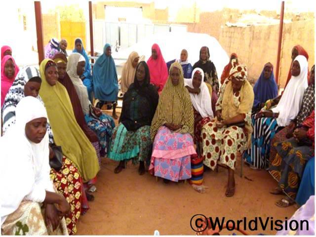 토로디 마을의 여성이 아동 보호 교육과정에 참석하였습니다.년 사진