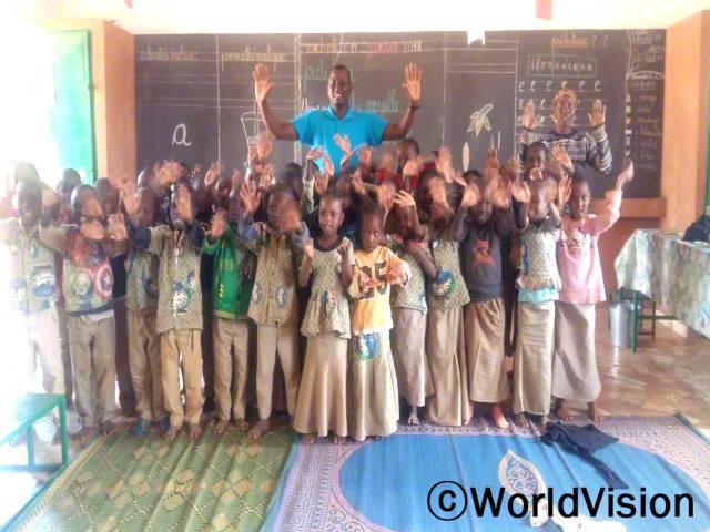 니제르 토로디 지역개발사업장 팀장인 자디 이소푸와 함께 있는 아동들입니다.년 사진
