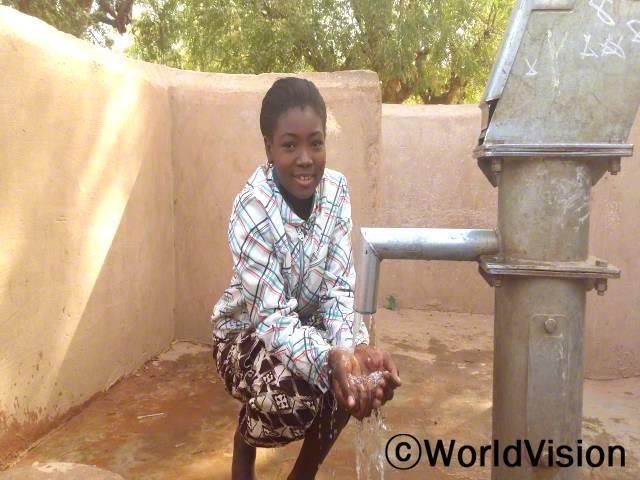 저는 학교에 깨끗한 물이 있어서 너무 행복해요. 이제 우리는 집에서 마실 물을 가져오지 않아도 되고, 칠판을 닦은 후 손을 깨끗이 씻을 수 있어요. -마리아마(13세)년 사진