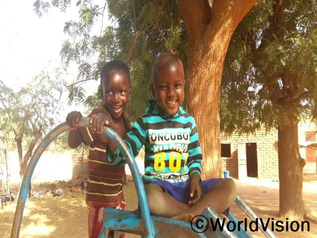 우리는 학교에서 장난감을 받았고, 학교에 깨끗한 물도 생겼어요. 저는 학교에 가는 것이 즐거워요. 친구랑 노는 것도 좋구요. -압둘라야(5세, 오른쪽 파란셔츠를 입은 아동)년 사진