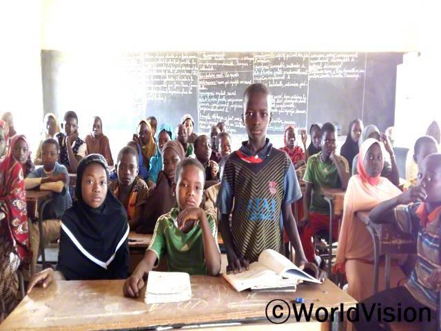 12세의 부바카(앞줄, 서있는 아동)는 교육을 받고, 미래를 꿈꿀 수 있게 되어 매우 행복해요.년 사진