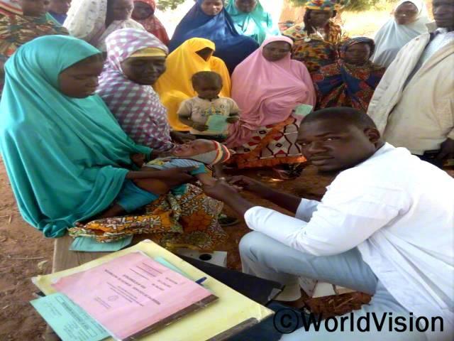 보건센터에서 주민들이 예방접종을 맞고 있습니다.년 사진